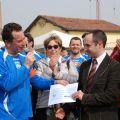 Il Presidente Manenti consegna l'assegno NIS all'Associazione Rosagallo
