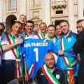 La Nazionale con la maglia personalizzata per papa Francesco